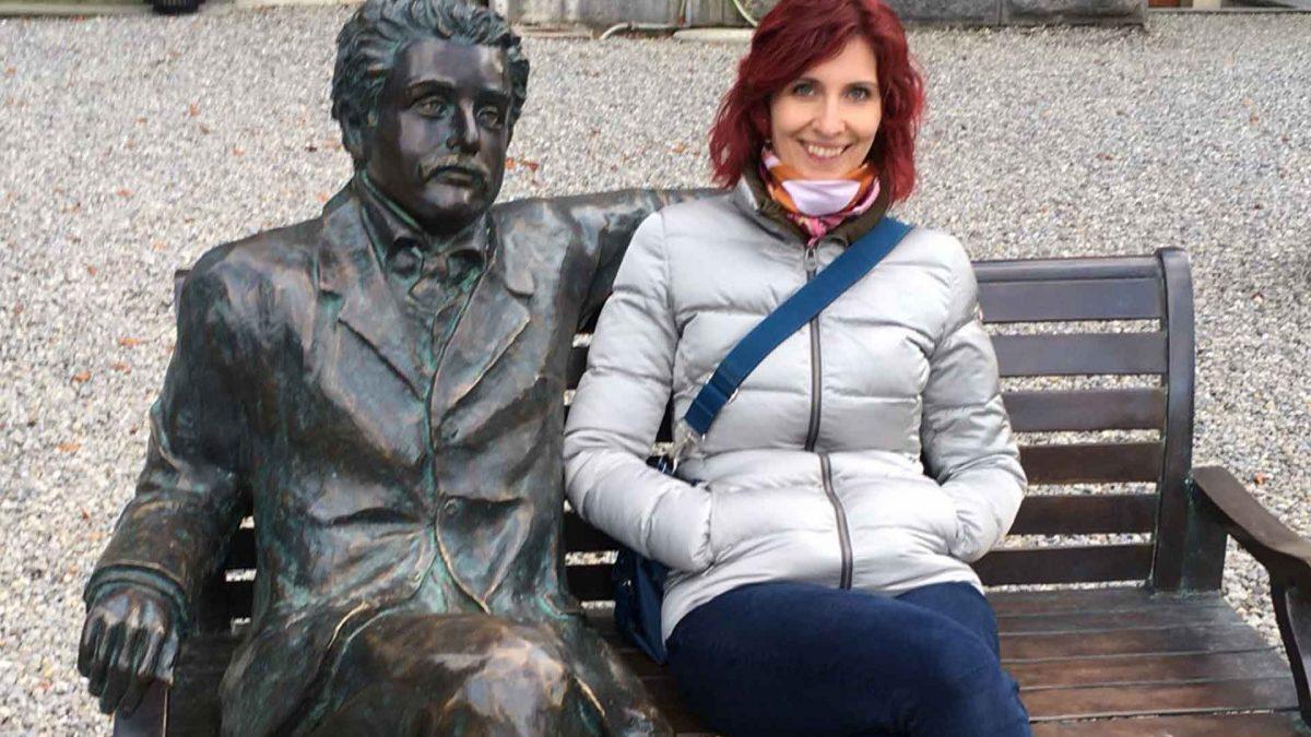Barbara Stucki und Albert Einstein vor dem Historischen Museeum in Bern